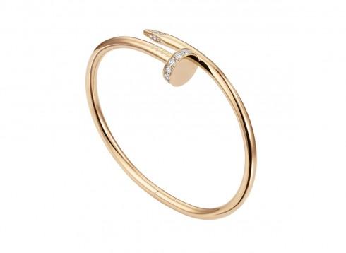 """Vòng tay """"Juste un clou"""" bản nhỏ bằng vàng hồng 18K đính kim cương."""