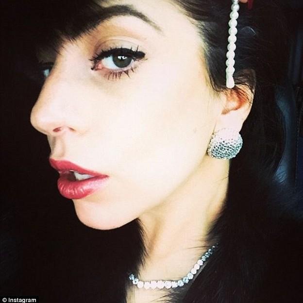 Lady Gaga chụp selfie