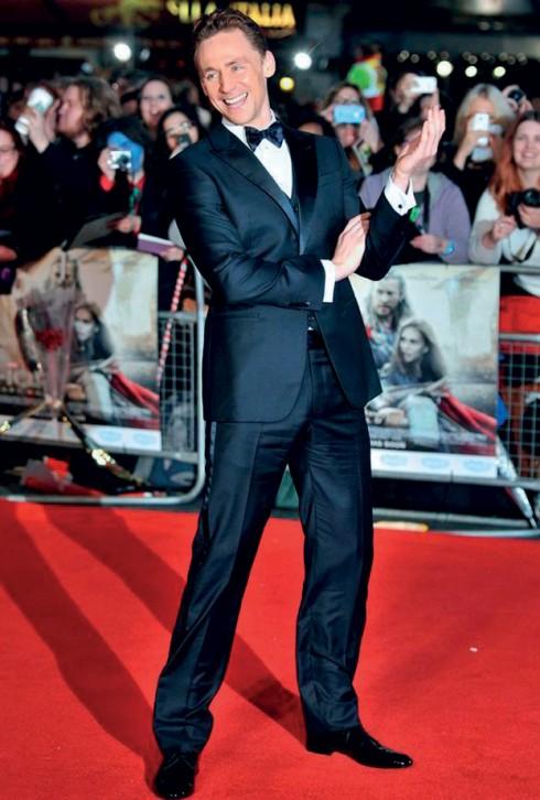 """<strong>Tom Hiddleston</strong> <br><br> Khác với Pharrell Williams, Tom Hiddleston – chàng Loki lừng danh đoạt giải """"Người đàn ông của năm"""" 2014 lại có gu ăn mặc cực kỳ lịch thiệp và cổ điển.  <br><br> Tom sở hữu một phong cách cổ điển, có phần hơi tách rời khỏi dòng chảy xu hướng mới, nhưng ở anh luôn toát lên sự thoải mái, tự tin và hóm hỉnh đặc trưng của một quý ông người Anh."""