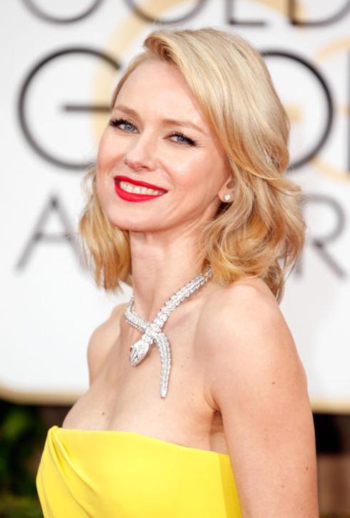 <strong>Naomi Watts</strong> <br> Bạn sẽ luôn luôn đẹp với kiểu trang điểm vượt thời gian: môi son đỏ cùng tóc vàng óng bồng bềnh.