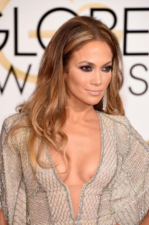 <strong>Jennifer Lopez</strong> <br> Jlo đêm nay đẹp hoa lệ như một nữ thần, từ mái tóc nâu vàng óng ả, lớp nền hoàn hảo, mắt khói sâu hút và thân hình săn chắc màu mật ong.