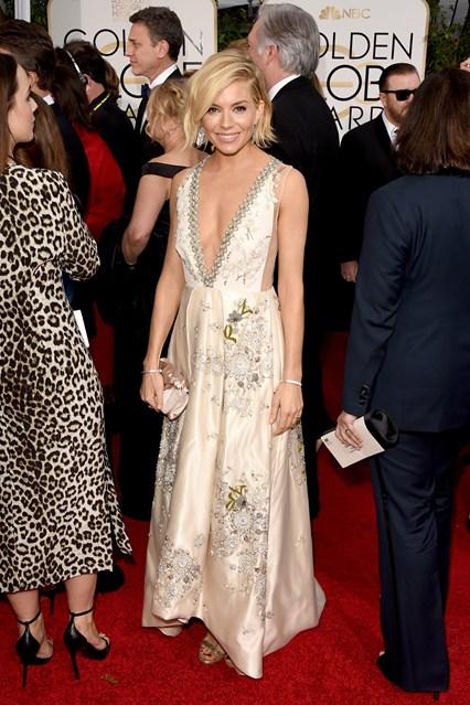 Sienna Miller trong bộ váy Miu Miu