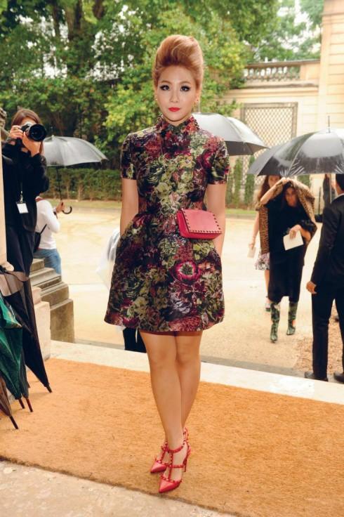 Lee Chae-Rin diện trang phục và phụ kiện của Valentino khi đến tham dự show diễn Valentino Haute Couture Thu-Đông 2014 vừa qua.