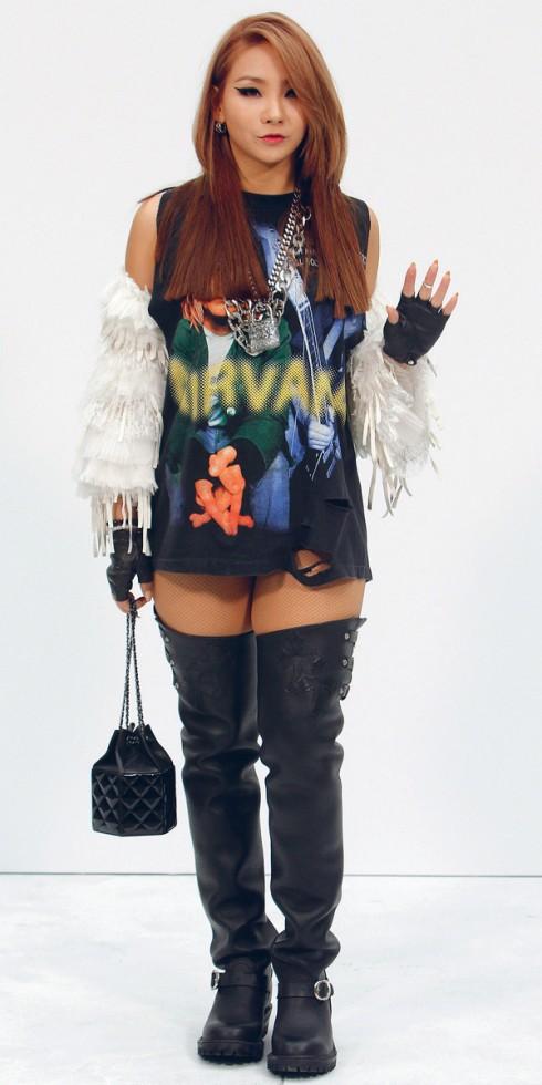 Tại hàng ghế đầu của show diễn Chanel mới nhất, Lee Chae-Rin chọn phong cách rocker nóng bỏng với điểm nhấn là những phụ kiện bằng da của thương hiệu này.