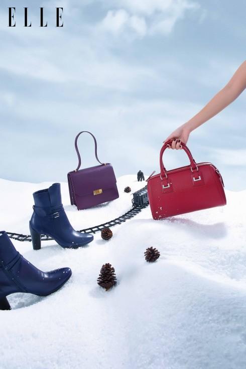 Trên hành trình không thể thiếu những chiếc túi clutch chứa đựng những niềm vui và mong chờ một năm mới an lành.<br/>Bốt và túi sành điệu Ecco