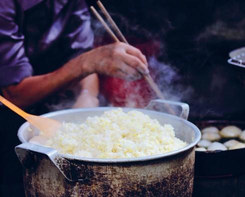 Món cơm lam dùng cùng với thịt nướng là món ăn đặc trưng của người dân bản địa Sapa. Du khách đến đây chắc chắn phải một lần thưởng thức hương vị ẩm thực nơi đây.