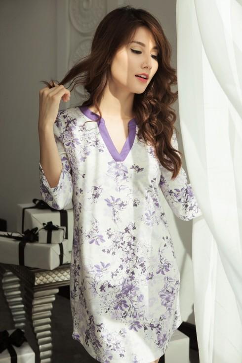 Đầm thun 100% cotton, bề mặt mềm mịn như len, in họa tiết hoa rơi. Kiểu dáng vừa thanh lịch vừa quyến rũ, form dáng thoải mái khi mặc ngủ hay làm việc nhà.