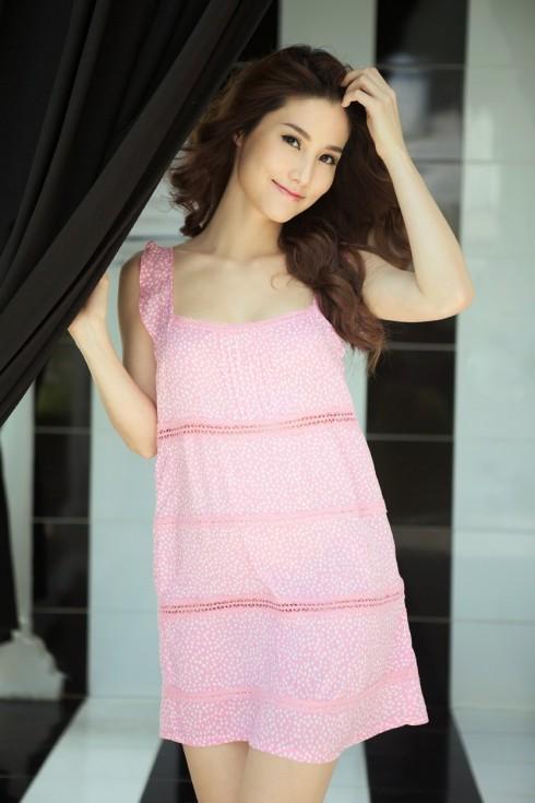 Đầm ngắn viền ren, nhún bèo ở vai, chất liệu cotton mềm màu hồng in chấm bi hình trái tim, cho bạn những giấc ngủ ngon sau ngày dài làm việc.