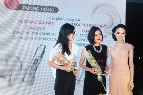 Đại diện nhãn hàng nhận giải thưởng cho sản phẩm thắng giải