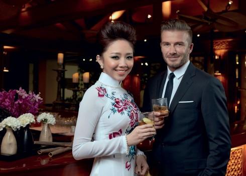 David Beckham bên cạnh ca sĩ Tóc Tiên, người đồng hành cùng anh trong các sự kiện tại Việt Nam.