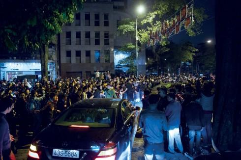 Vòng vây người hâm mộ chờ đón sự có mặt của Beckham tại Hà Nội.