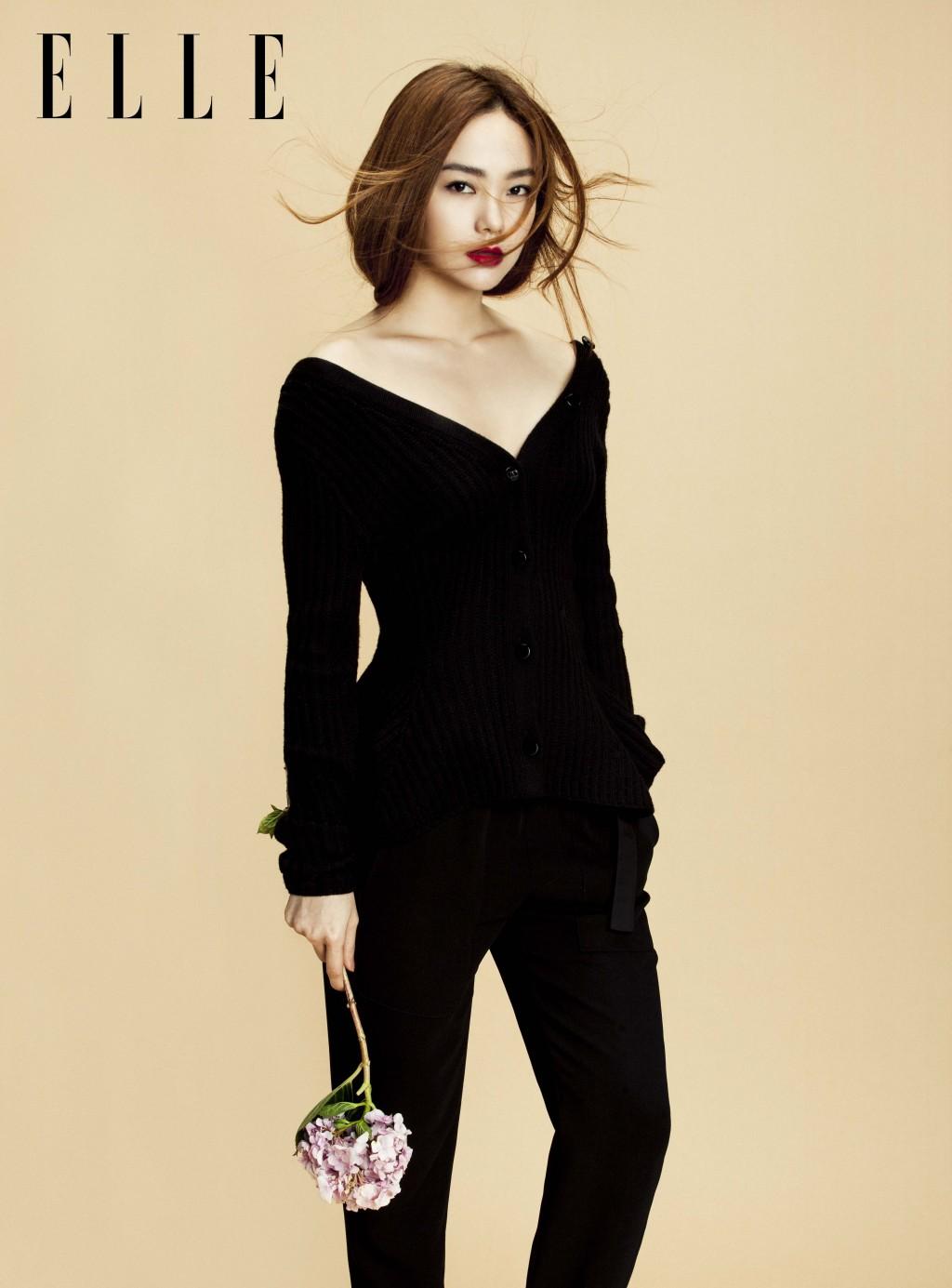 Minh Hằng diện áo len Christian Dior, quần Helmut Lang