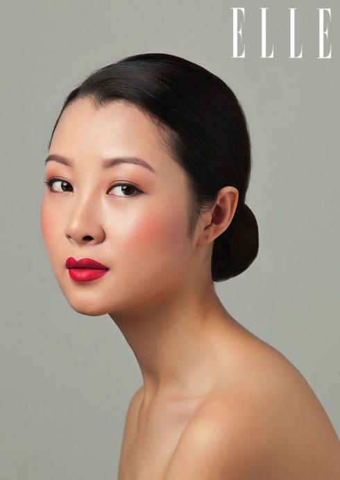 Má hồng màu đào nhẹ và son đỏ rực Serum Intense Lipstick R12 là bộ đôi hoàn hảo cho vẻ đẹp nồng nàn.