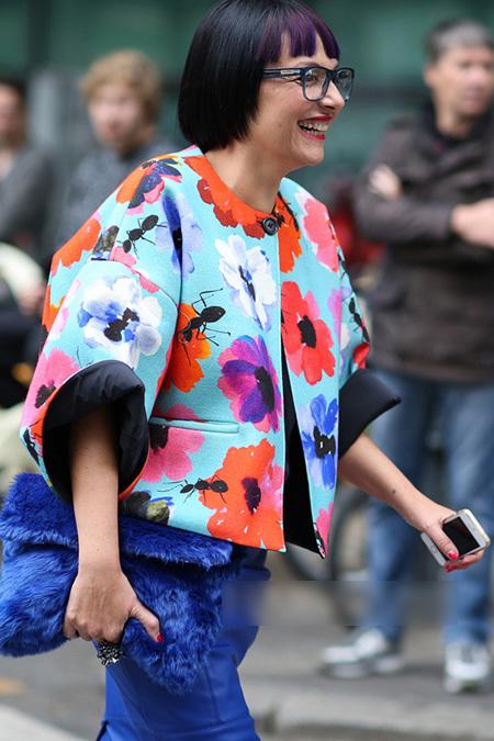 Phong cách hơn bằng việc kết hợp áo khoác họa tiết hoa nổi bật