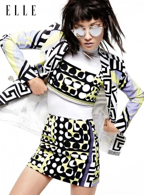 Áo khoác, crop top, chân váy Versace, Áo cổ lọ Falke (mặc xuyên suốt bộ hình), Vòng cổ bạc Ming Yu Wang, Nhẫn Lynn Ban, Kính mát Dior