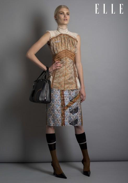 Prada<br/>Hoa tai pha lê, áo top chất liệu lụa organza dệt họa tiết và linen, cài áo pha lê, chân váy dệt họa tiết, túi da, tất lụa, sandals da