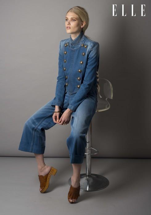 Gucci<br/>Áo khoác ngắn vải denim tẩy màu với chi tiết khuy áo cỡ lớn, quần vải denim Gucci, Vòng tay và nhẫn vàng Goossens, Guốc gỗ kết hợp da Casadei
