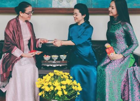 Ngọc Trân (ngoài cùng bên phải) - Sinh viên Khoa Báo chí trường Đại học Khoa học Huế, Cộng tác viên Chương trình Dự báo thời tiết và chuyên mục Bạn cần biết – Trung tâm Truyền hình Việt Nam tại Huế. Cô muốn làm việc và cống hiến cho sự phát triển về lĩnh vực truyền thông tại Huế. Cô từng đoạt danh hiệu Hoa hậu Mộc cuộc thi Hoa hậu Việt Nam Thế giới 2014 tổ chức tại Nhật Bản.