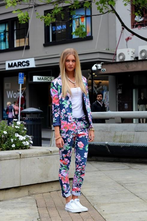 Bạn nên chọn áo mặc cùng đơn giản và trơn màu khi kết hợp cùng bộ suit họa tiết