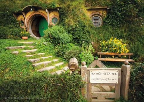 """Hobbiton chắc chắn không phải là một địa điểm du lịch giá rẻ (giá vé là 90USD cho một lượt người) nhưng hoàn toàn xứng đáng với câu """"tiền nào của nấy"""". Với số tiền này, bạn sẽ có một người hướng dẫn trong suốt 2 tiếng dạo quanh quần thể, một lượt ngồi xe bus và một ly nước tại khu Green Dragon."""