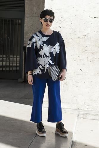 Trông bạn thật cool khi kết hợp áo hoa với quần lửng màu sắc.