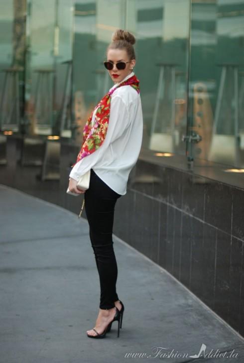 Hãy mặc trang phục màu đơn giản và chọn một chiếc khăn nổi bật làm điểm nhấn