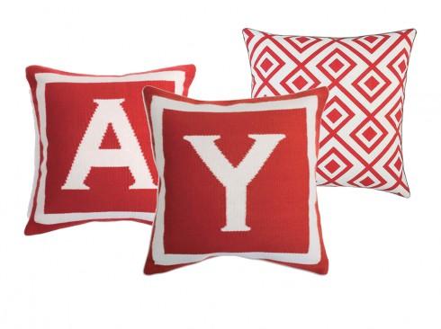 Các mẫu gối của thương hiệu Jonathan Adler, sử dụng màu đỏ sang trọng nhưng vẫn mang lại tinh thần trẻ trung cho căn nhà của bạn