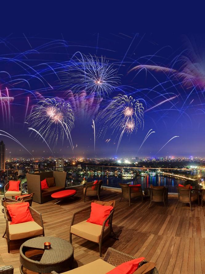 Tiệc pháo hoa tại quán bar tầng thượng đẹp ở Hà Nội