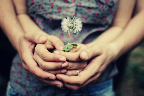 Hãy cùng nhau nắm chặt yêu thương, để mãi mãi chúng ta chẳng bao giờ xa rời