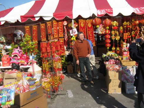 Gia đình chị Hương thường đi dạo chợ Tết để mua đồ trang trí