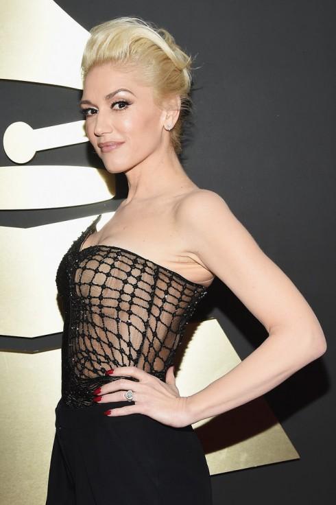Gwen Stefani chọn tông nude và chút ánh kim cho mắt và gò má.