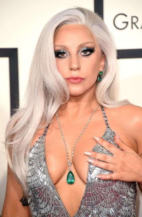 Lady Gaga gây ấn tượng với hình ảnh của một nàng tiên cá. Đôi mắt quyến rũ metallic smoky.