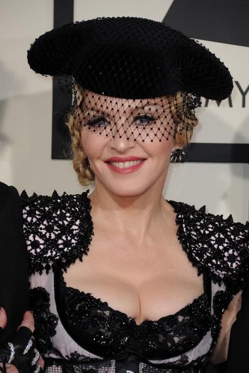 Madonna mang mặt nạ lưới thường thấy trong các show Haute Couture đến với sự kiện. Ca sĩ 56 tuổi rạng rỡ với son bóng màu san hô.