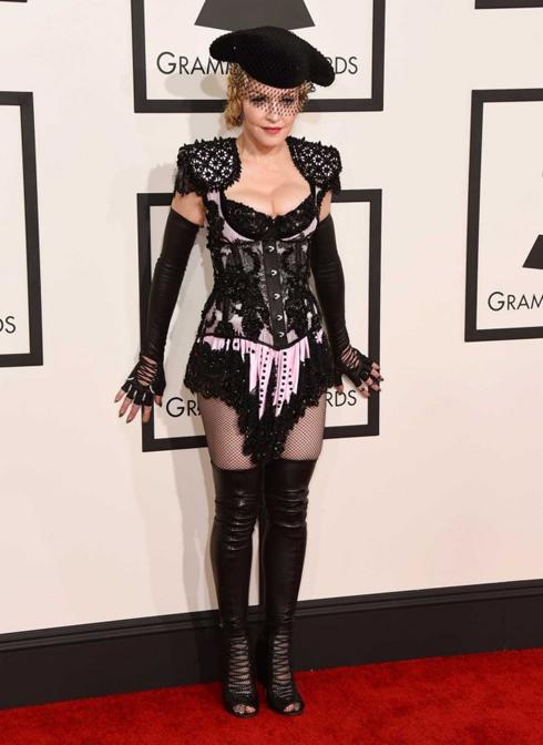 Ngôi sao ăn mặc ấn tượng nhất thảm đỏ Grammy 2015 có lẽ là Madonna với trang phục Riccardo Tisci for Givenchy