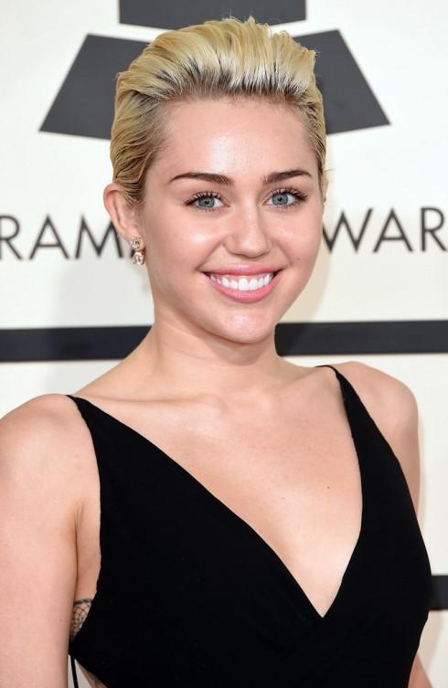 Miley Cyrus trông đơn giản và tinh tế với phong cách make up tự nhiên, lớp nền hoàn hảo.