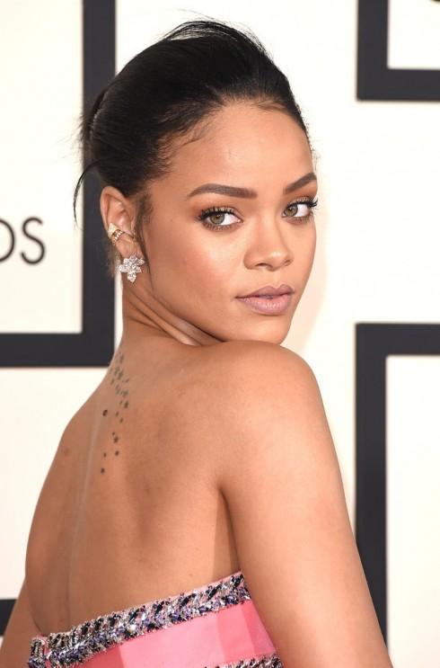 Rihanna chọn phong cách trang điểm tự nhiên để tôn lên màu da và vẻ đẹp của mình