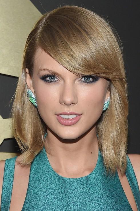 Taylor Swift cuốn hút với mắt khói màu xanh hợp với bộ váy