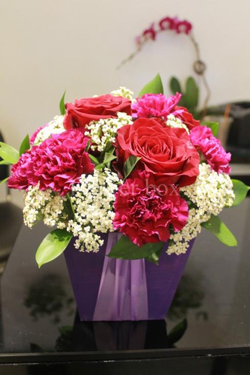 Sản phẩm hộp gỗ kết hoa màu không chỉ mang đến sự mới lạ mà còn thể hiện sự thân thiện với môi trường cũng như dễ sử dụng mà không hề kém phần sang trọng. Những hộp hoa này được làm từ gỗ thông trắng mịn với những thớ gỗ xếp đều đặn tạo thành hoa văn đẹp mắt và tự nhiên.