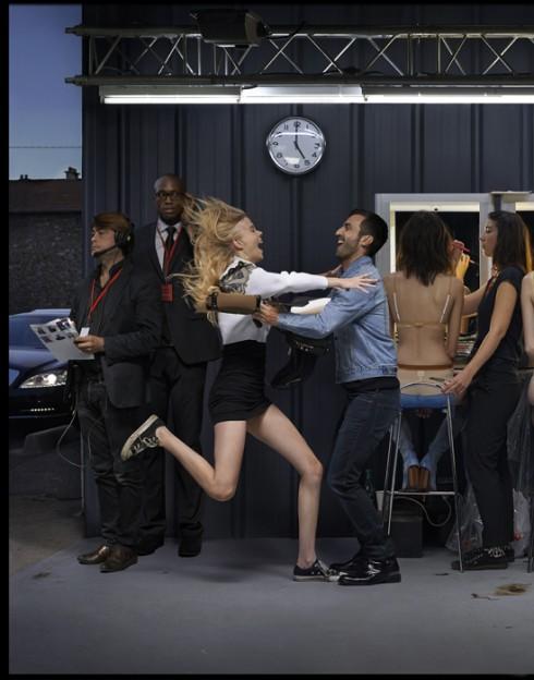 Nicolas Ghesquière, Giám đốc Nghệ thuật, chào đón người mẫu Amalie Schmidt. Amalie: Áo cardigan chất liệu pha polyester Túi da, túi chất liệu cotton đen và canvas, túi da họa tiết sọc Louis Vuitton. Chân váy, giày thể thao của người mẫu.