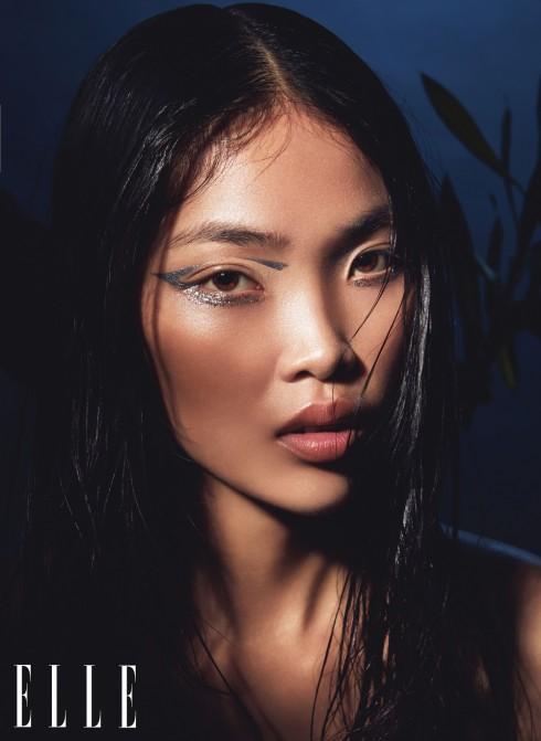 Có rất nhiều cách để làm nổi bật đôi mắt nâu tuyệt đẹp của các cô gái Á Châu. Nếu bạn gặp khó khăn với việc kẻ mắt nước thì hãy kê một miếng giấy note nghiêng 45 độ vào đuôi mắt và viền theo.