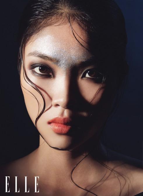 Cách đơn giản để tạo mắt khói: phủ màu xám nhẹ lên trước, dùng chì viền mắt cả trên và dưới rồi tán chính đường chì này loang ra.