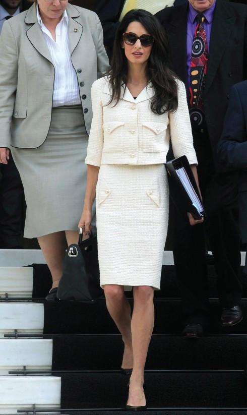 Trong công việc, Amal trung thành với những bộ trang phục đơn giản, kín đáo và quý phái của Chanel