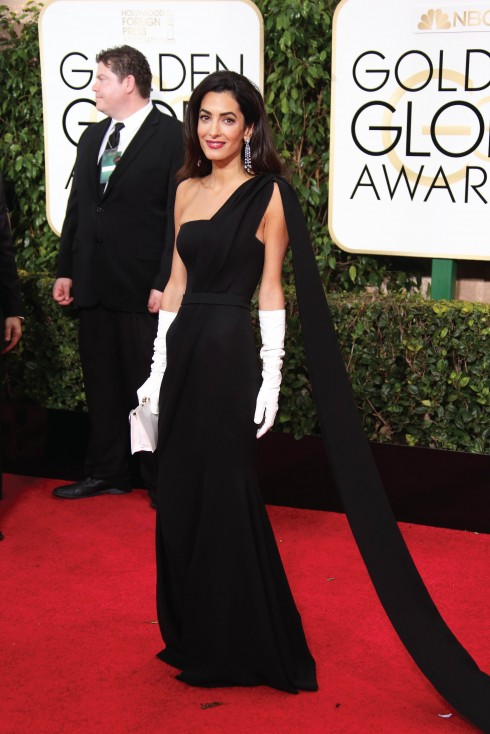 Lần đầu tiên xuất hiện cùng chồng ở buổi lễ trao giải Golden Globes, Amal chọn chiếc váy dạ hội của Christian Dior Couture