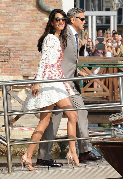 Sau ngày cưới, Amal xuất hiện cùng diễn viên George Clooney ở Venice trong chiếc đầm của Giambattista Valli Couture
