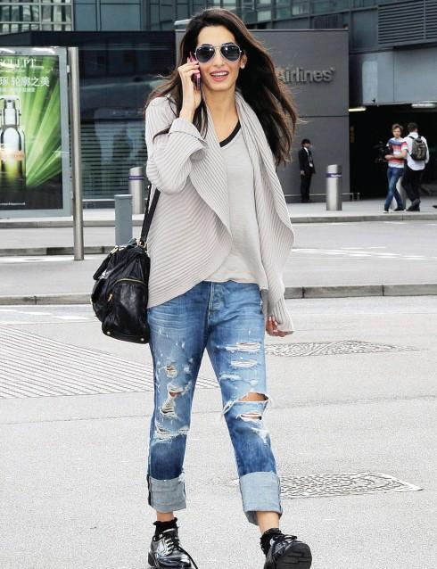 Trong những ngày nghỉ, Amal thể hiện chút cá tính tomboy với jeans rách và giày thể thao