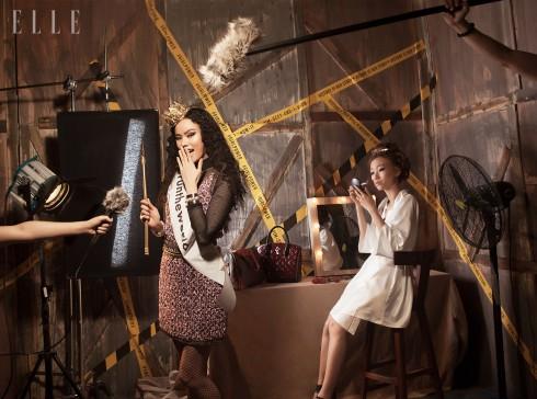 Áo, chân váy len Chanel, Thắt lưng, vòng tay Chanel, Túi xách (trên bàn) Louis Vuitton