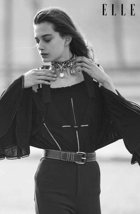Áo top, quần cạp cao, thắt lưng da và vòng cổ Givenchy by Riccardo Tisci