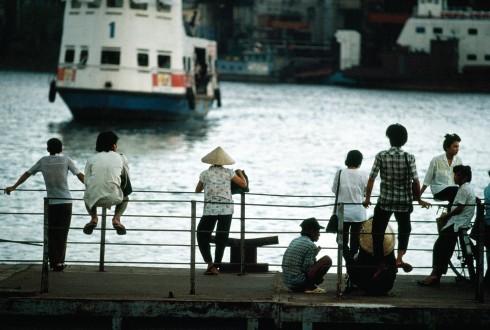 Những người Sài Gòn chờ phà để từ trung tâm trở về khu vùng ven