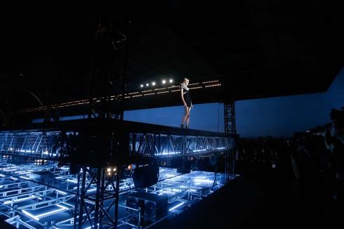 Sân khấu catwalk của show Saint Laurent 2015