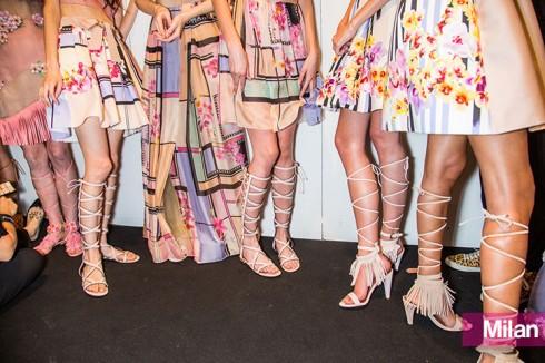 Hãng thời trang Alberta Ferretti khiến những đôi sandal trở nên cuốn hút hơn với phần tua rua quanh cổ chân.